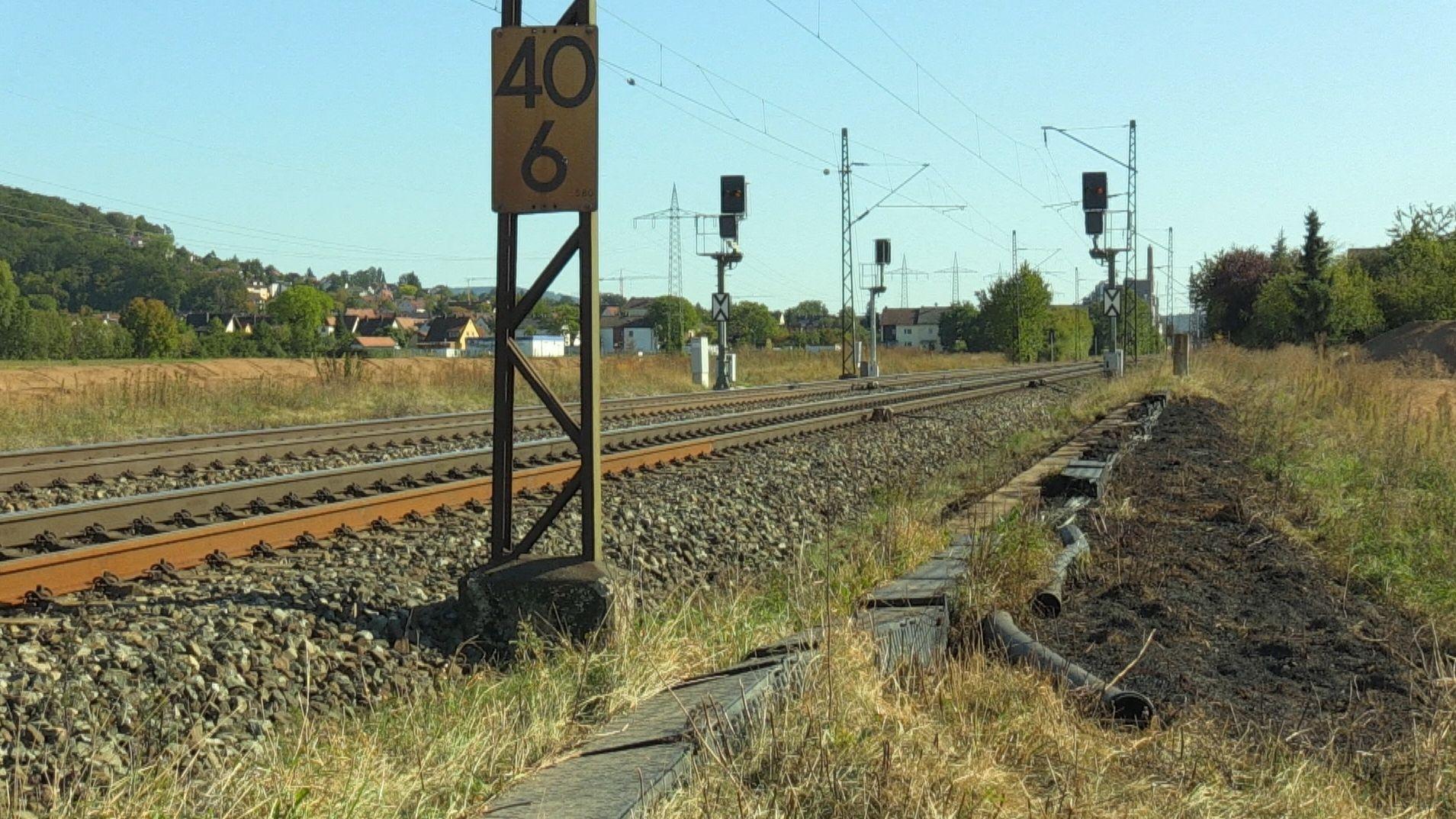 Die ICE-Strecke zwischen Bamberg und Nürnberg ist nach einem Böschungsbrand in Oberfranken gesperrt.