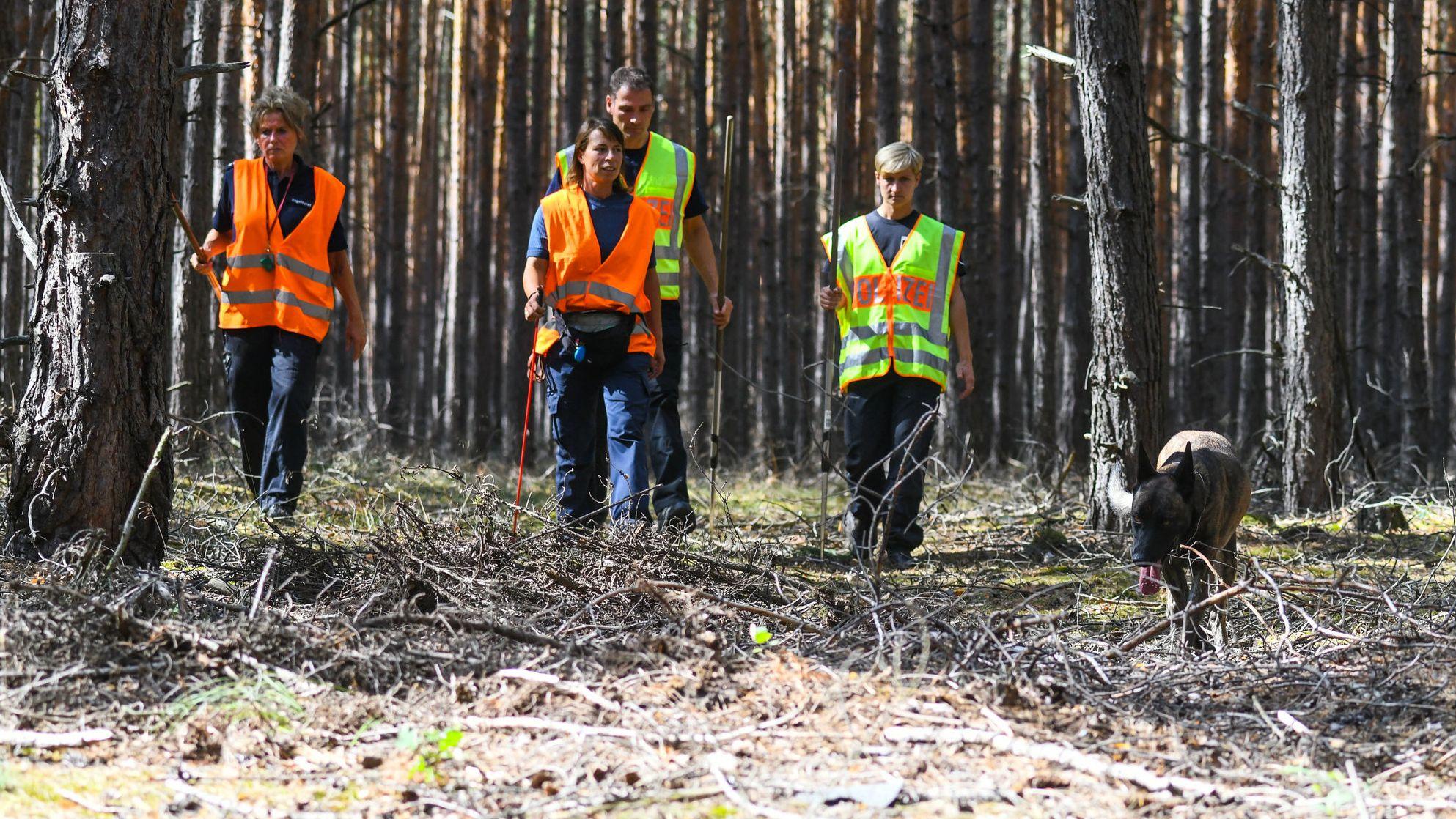 04.09.2019: Brandenburg, Kummersdorf: Polizisten suchen mit einem Spürhund in einem Waldgebiet nach Hinweisen zur vermissten Rebecca
