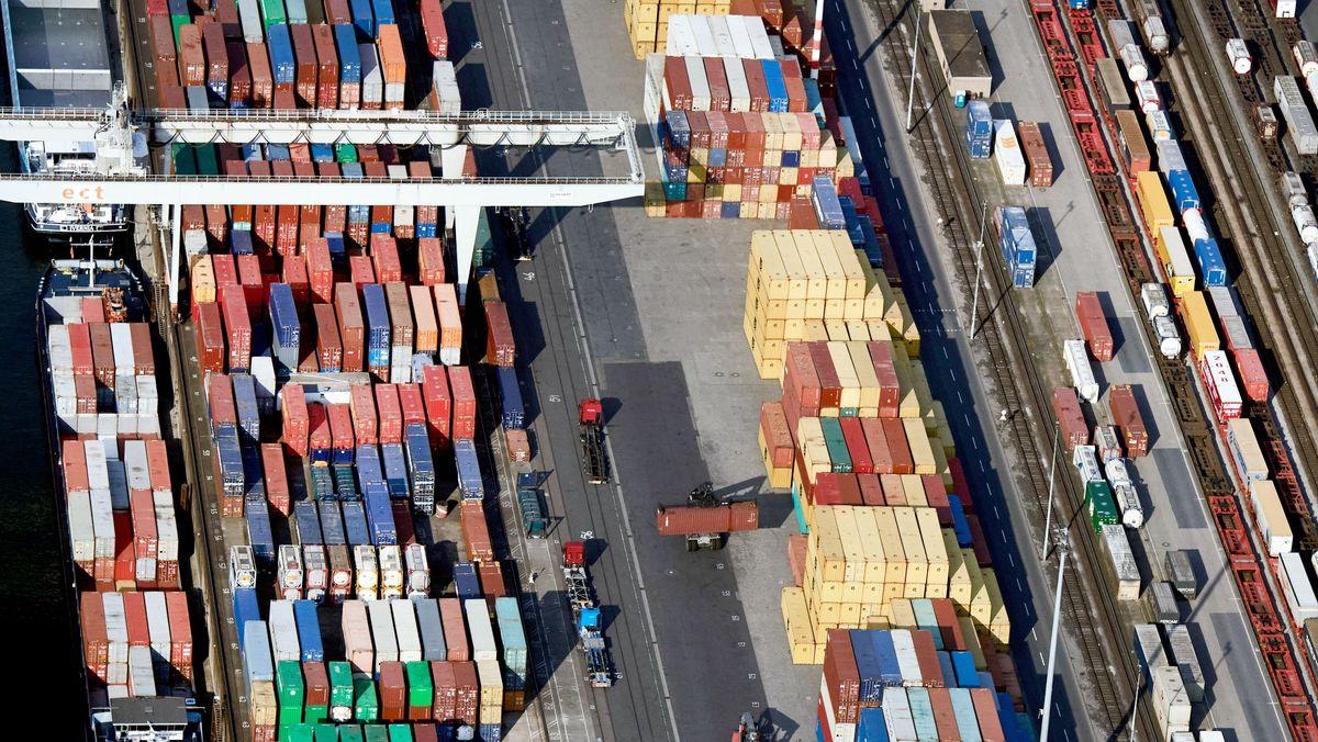 Schiffe werden im Containerhafen Duisburg beladen.