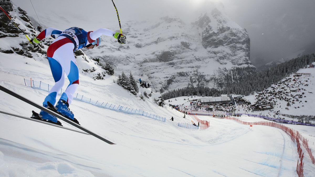 Ein Skirennfahrer bei der Lauberhorn-Abfahrt