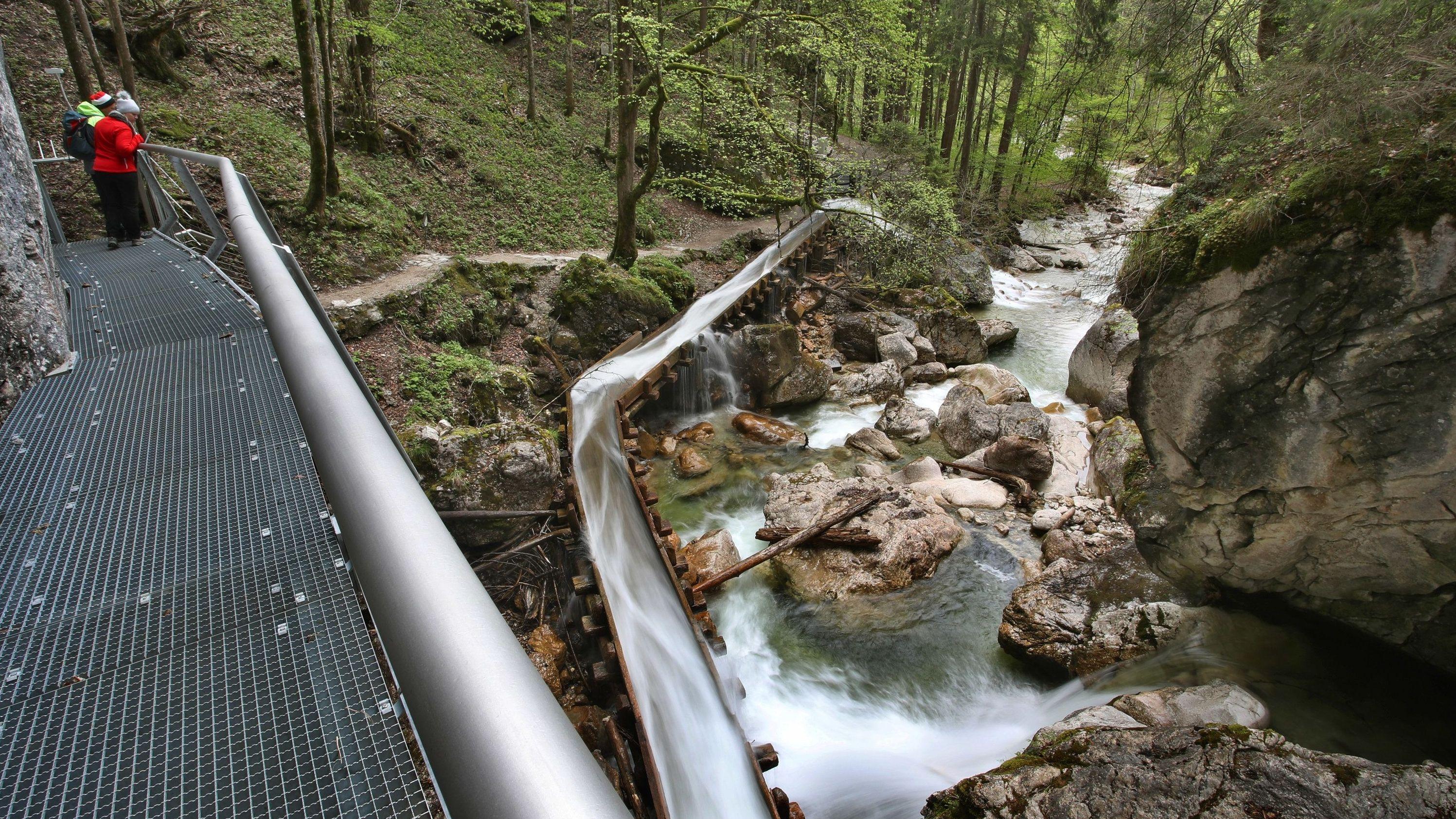 Das Wasser der Pöllat rauscht unter einem neu angelegten Metallsteg hindurch