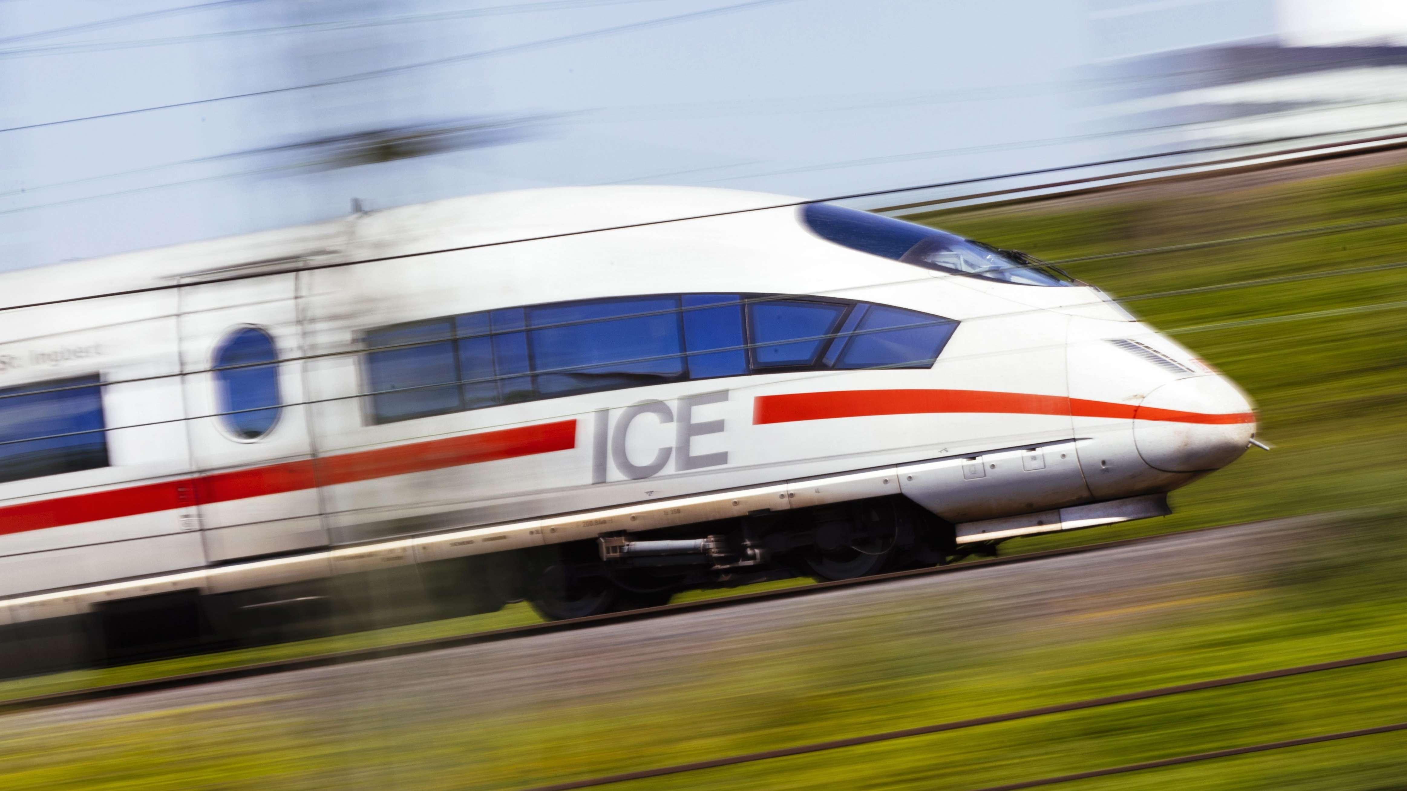 Ein ICE der Deutschen Bahn auf den Schienen