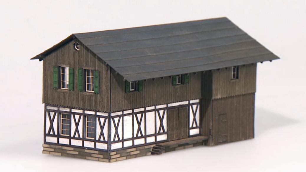 Miniatur-Fachwerkhaus aus Pappe