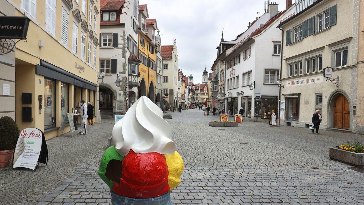 Ein Aufsteller für Eis steht in der Lindauer Fußgängerzone, in der nur wenige Menschen unterwegs sind.