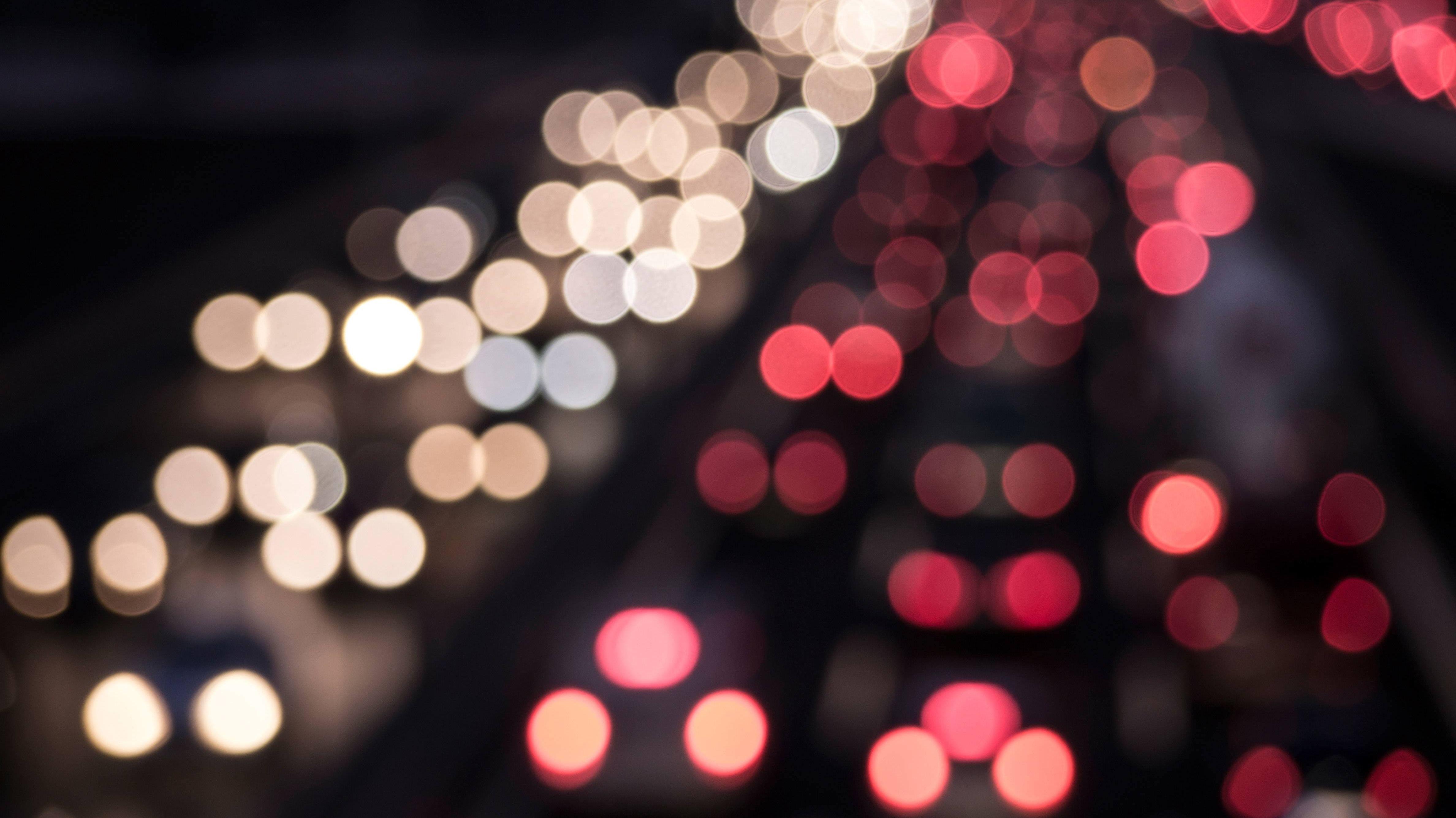 Symbolbild: Verschwommene Autolichter auf einer Autobahn