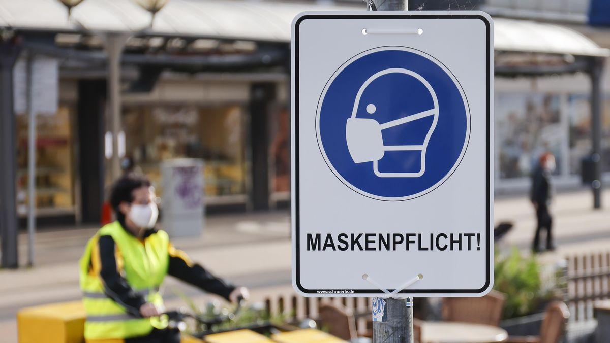Ein Maskenpflicht-Schild, wie es in vielen deutschen Städten hängt