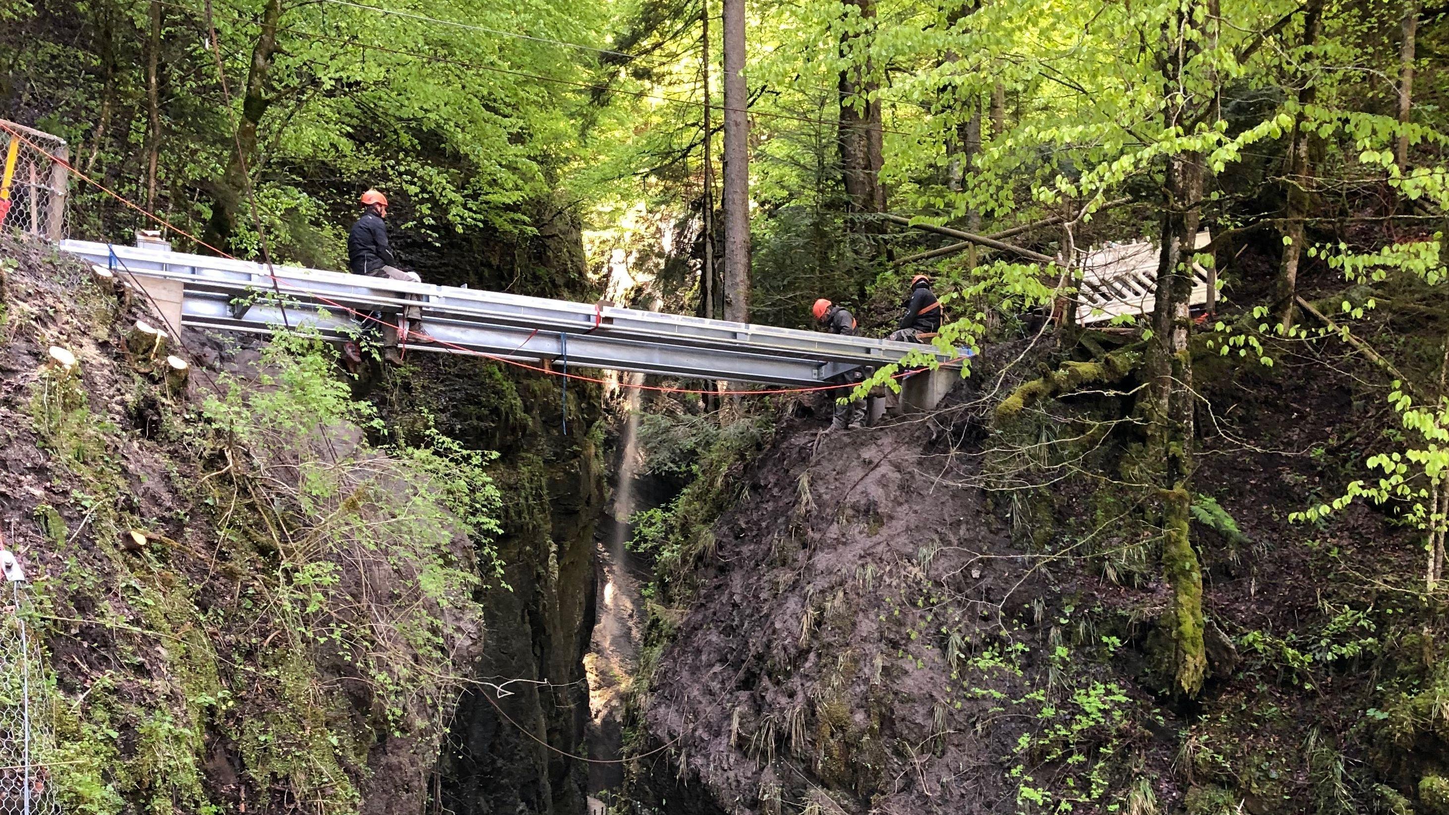 Die neue Brücke über die Partnachklamm wird installiert