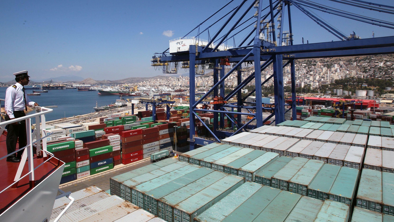 Ein Containerschiff dockt im Hafen von Piräus an