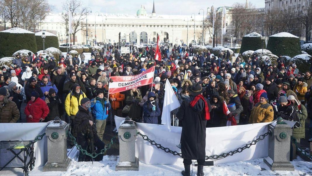 """Wien: Teilnehmer einer Demonstration gegen die Corona-Maßnahmen unter dem Titel """"Für ein freies Österreich"""" auf dem Maria-Theresien-Platz."""