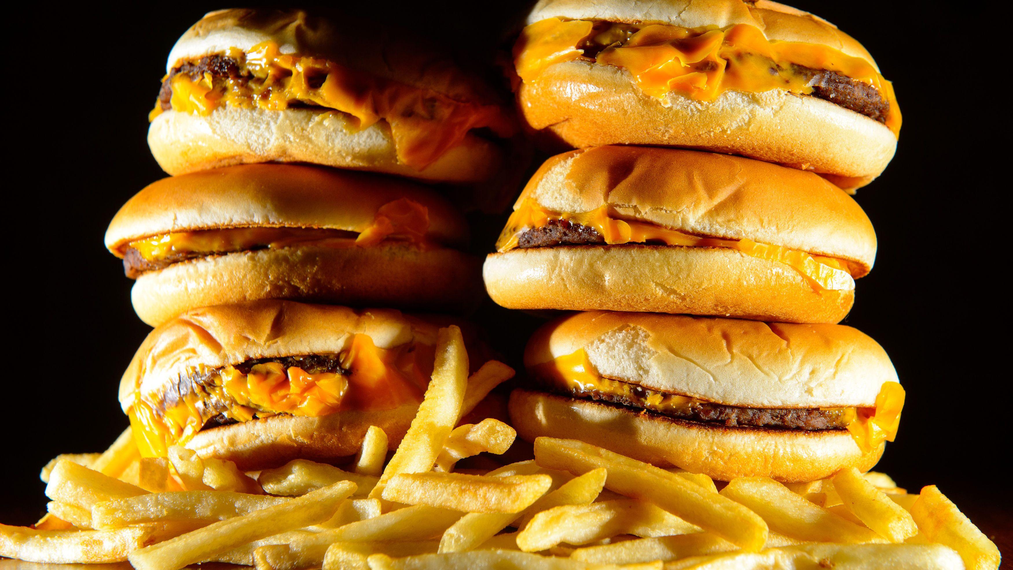 Fast-Food ist mittlerweile fast überall auf der Welt zugänglich, auch in ländlichen Regionen. Es ist ein Grund für das Adipositas-Problem, das sich fast überall zeigt.