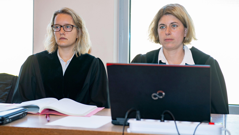 Plädoyers Lügde-Prozess: Staatsanwältinnen Helena Werpup (r) und Jacqueline Kleine-Flaßbeck
