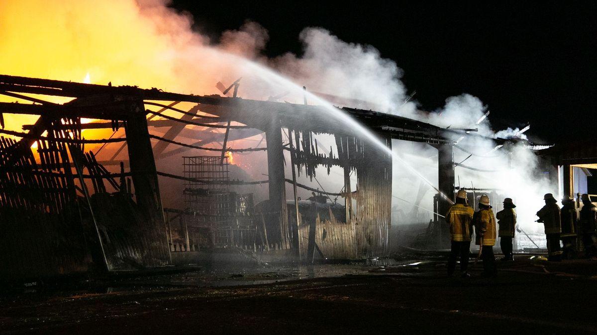 Löscharbeiten an der bereits völlig ausgebrannten Lagerhalle