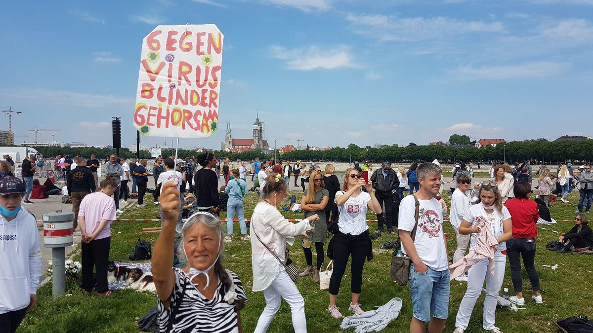 Auf der Münchner Theresienwiese haben 1.000 Menschen gegen die Corona-Maßnahmen protestiert