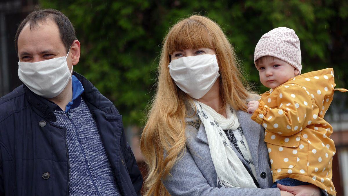 Familie in Corona-Zeiten mit Schutzmaske