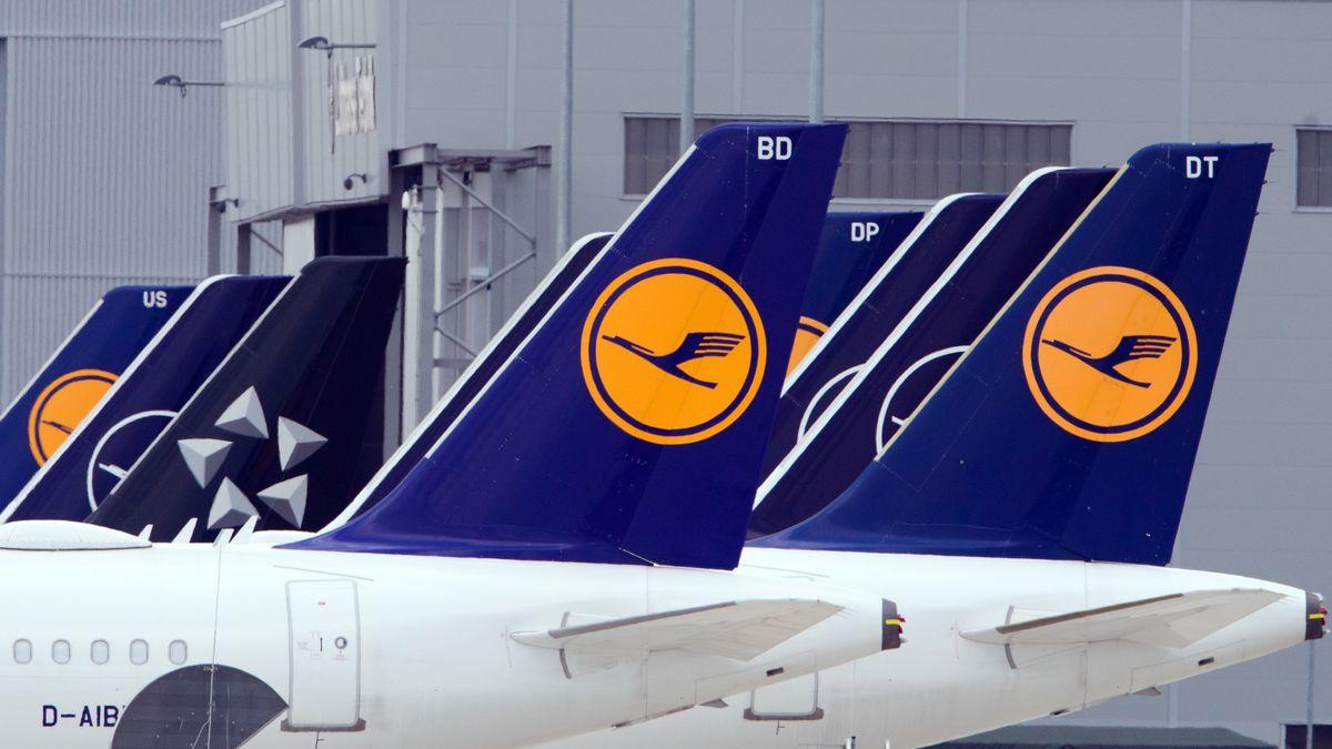 Flugzeuge der Fluggesellschaft Lufthansa stehen am Rand des Rollfelds.