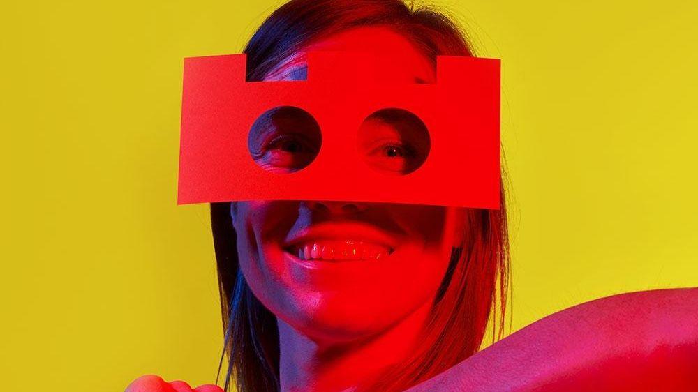 Schaupielerin Simone Oswald mit sperriger, selbst gebastelter Papp-Brille vor dem Gesicht
