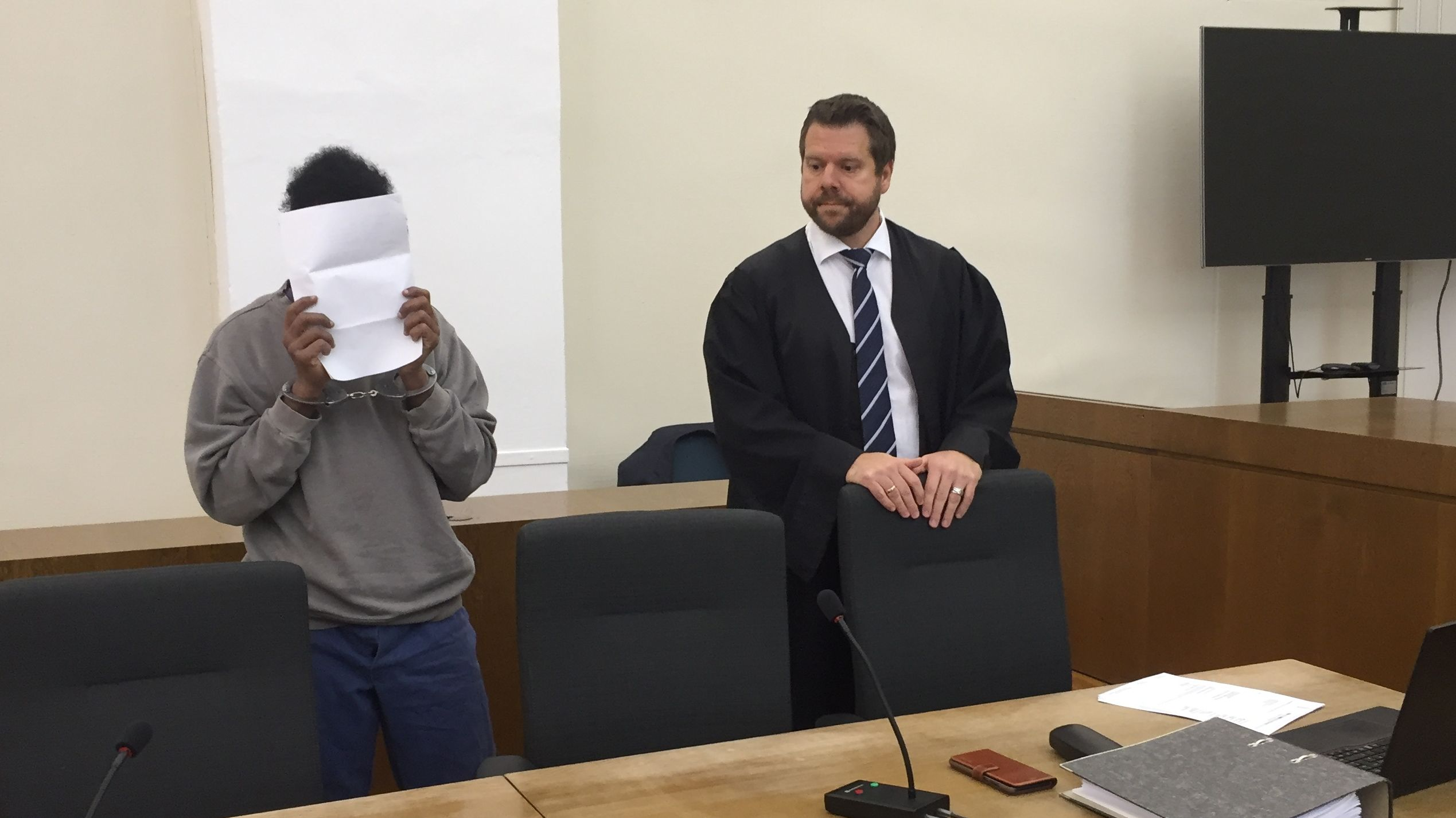 Der Angeklagte neben seinem Anwalt