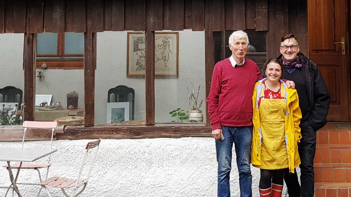 Von links: Dietrich Schütze, Steffi Traut und Pfarrer Thomas Freytag vor dem Wildberghof.