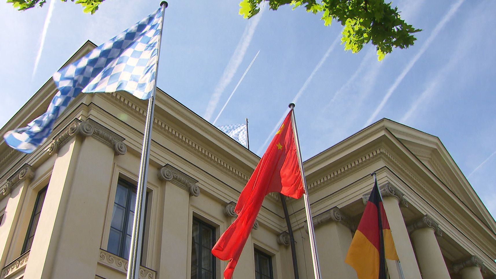 Die bayerische neben der chinesischen und deutschen Flagge