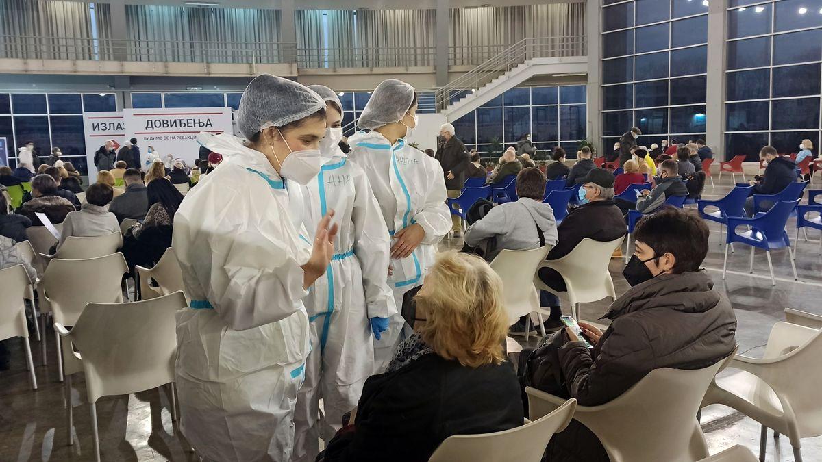 Menschen in Belgrad warten auf ihre Corona-Impfung