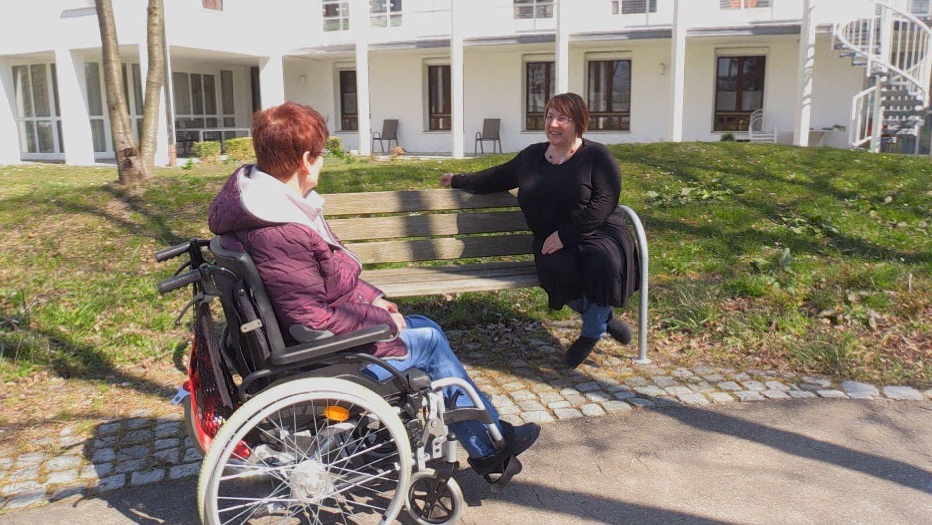 Zwei Frauen in einer Sozialeinrichtung