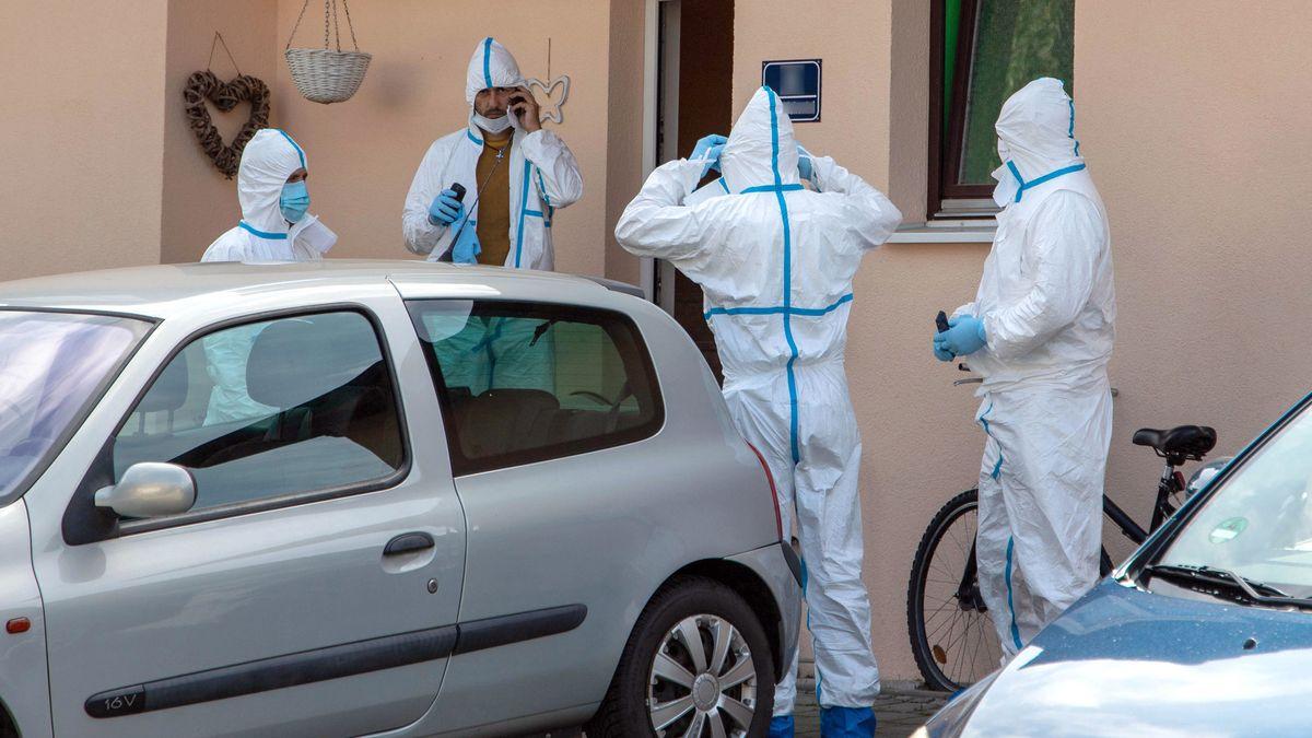 Polizisten in Spezialanzügen stehen vor einem Haus in Wolnzach, wo eine 38 Jahre alte Frau nach einem Messerangriff gestorben ist.