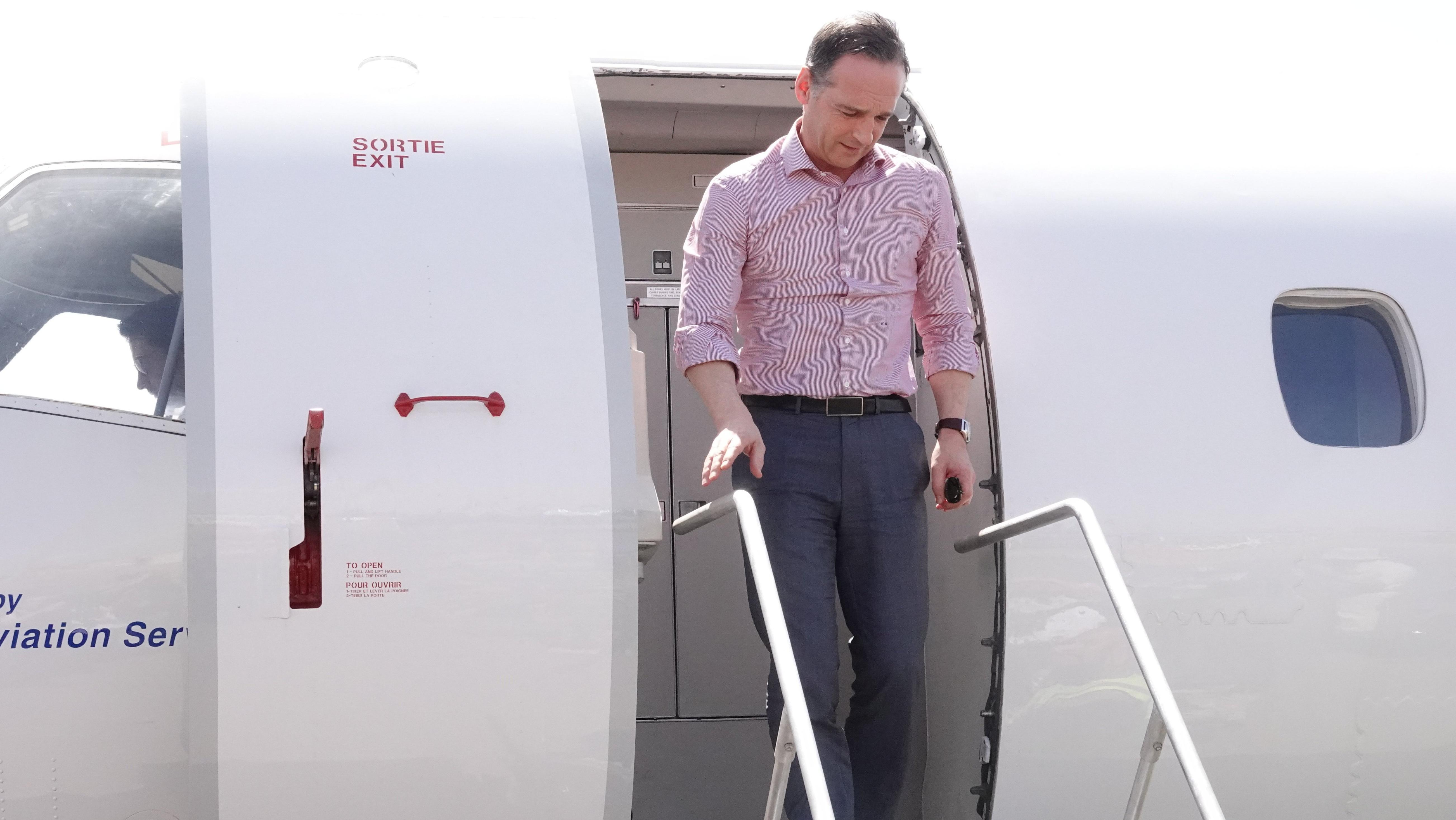 Archiv: Maas steigt aus Flugzeug