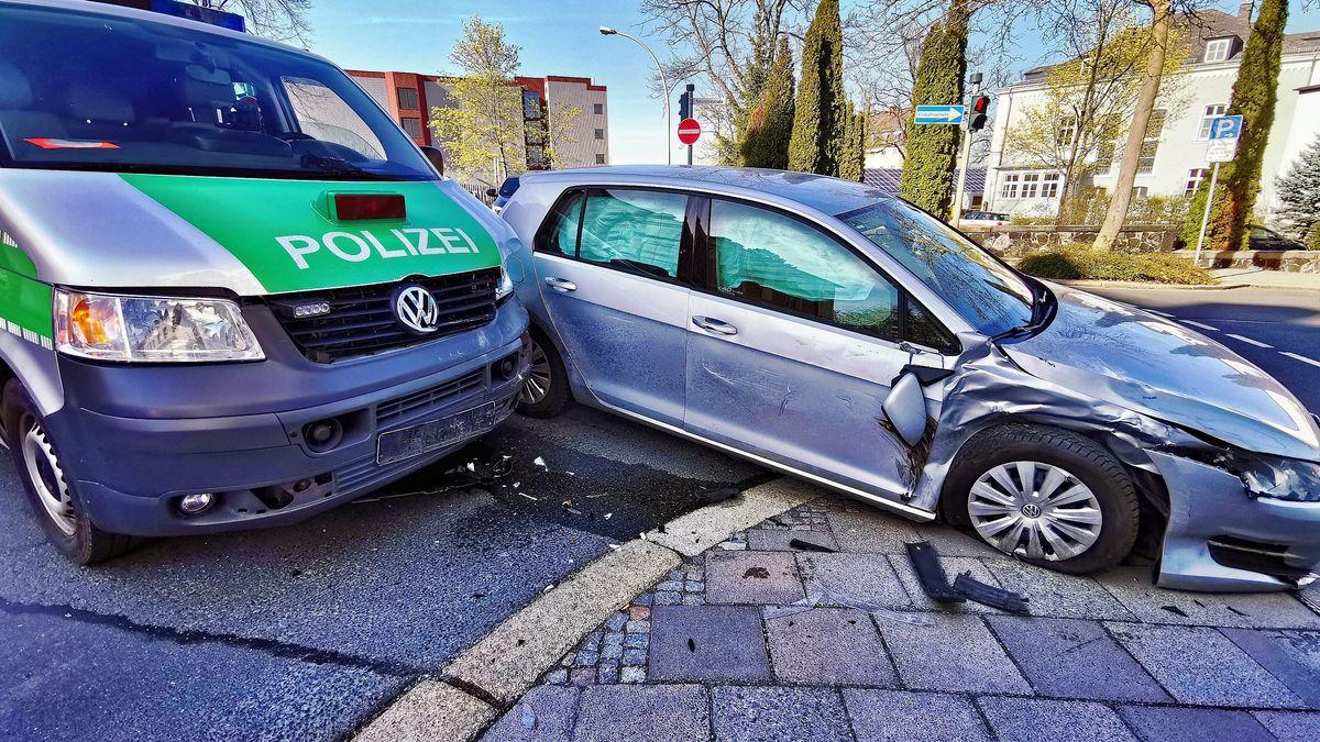 Zu sehen sind die beiden Unfallfahrzeuge, die beide stark beschädigt sind.