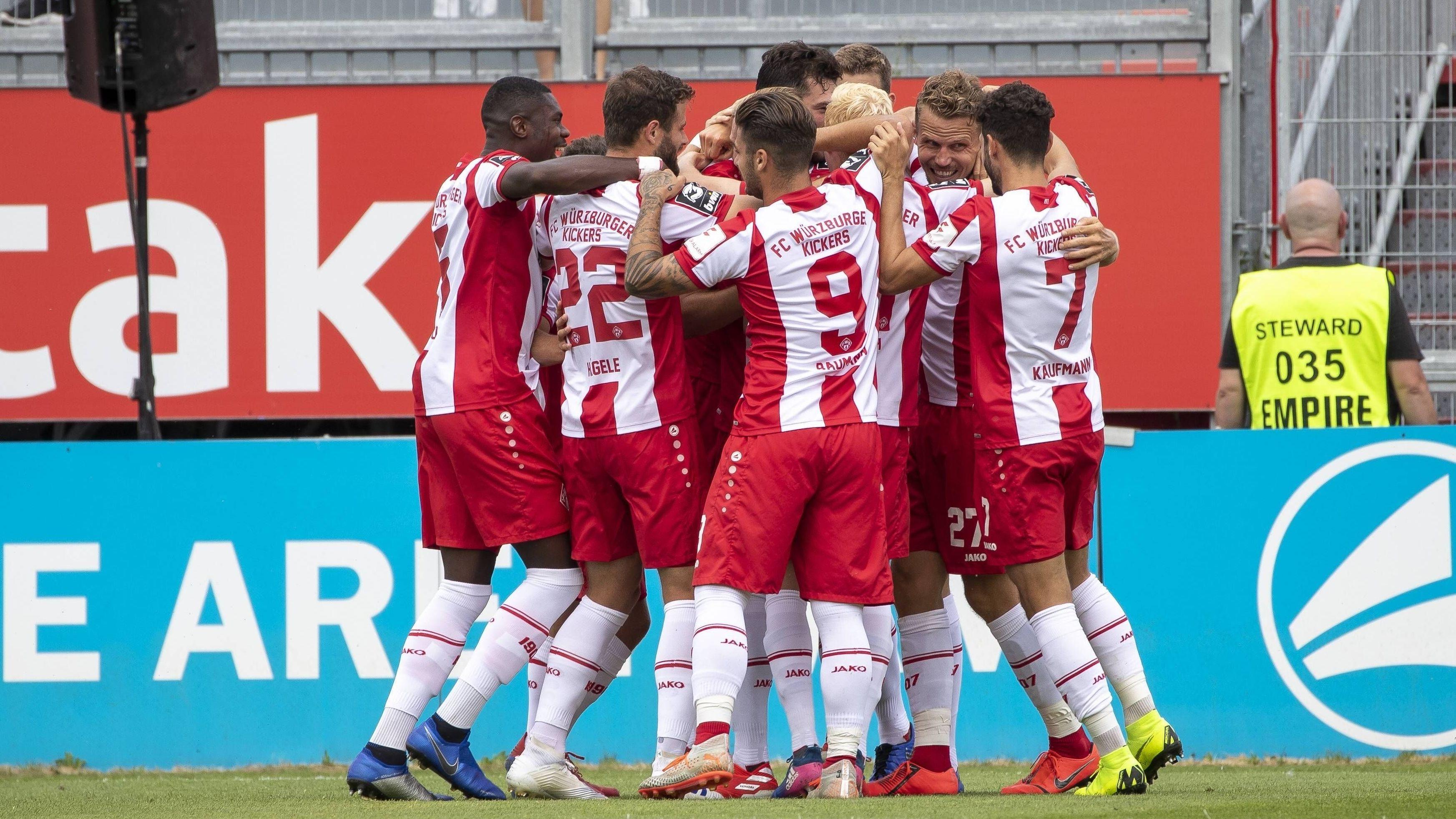 Würzburger-Kickers-Spieler feiern ein Tor