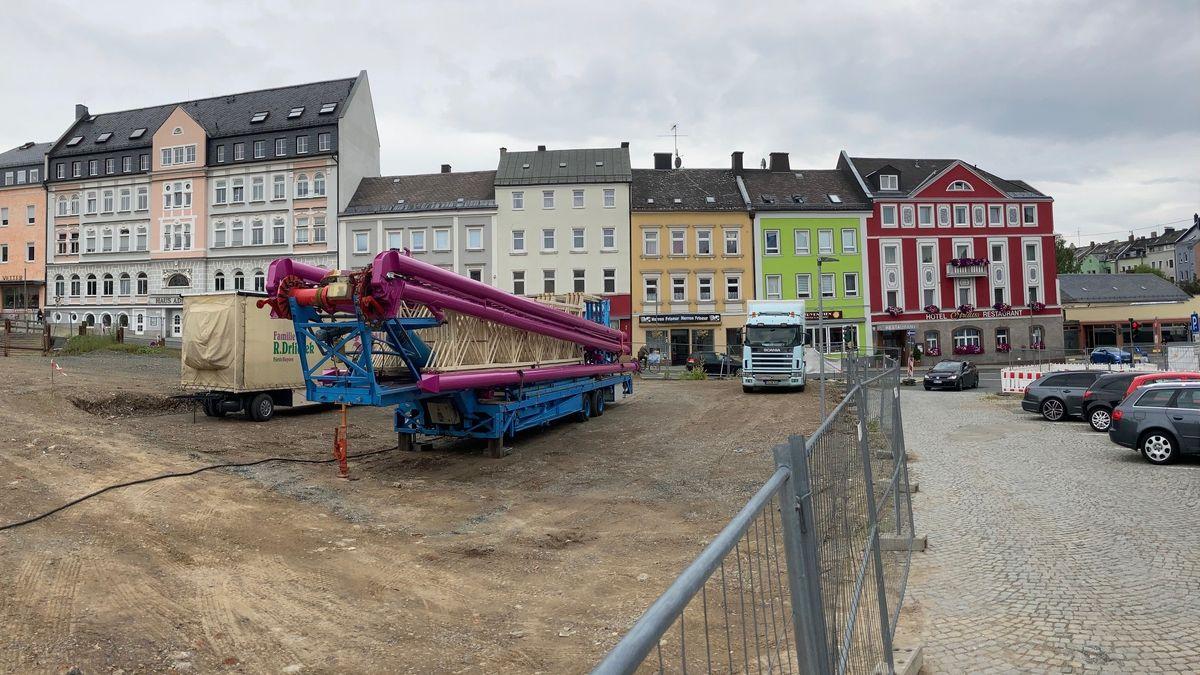 """Auf dem Gelände der """"Hof-Galerie"""" wird ein Riesenrad errichtet."""