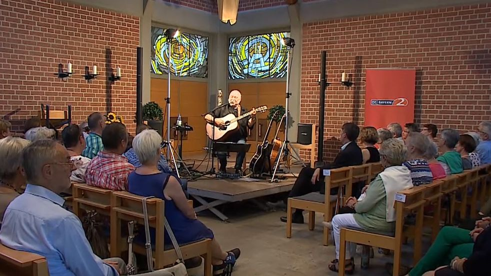 Ungewöhnlicher Auftakt - Liedermacher Wolfgang Buck spielt auf dem Friedhof in Bergrheinfeld