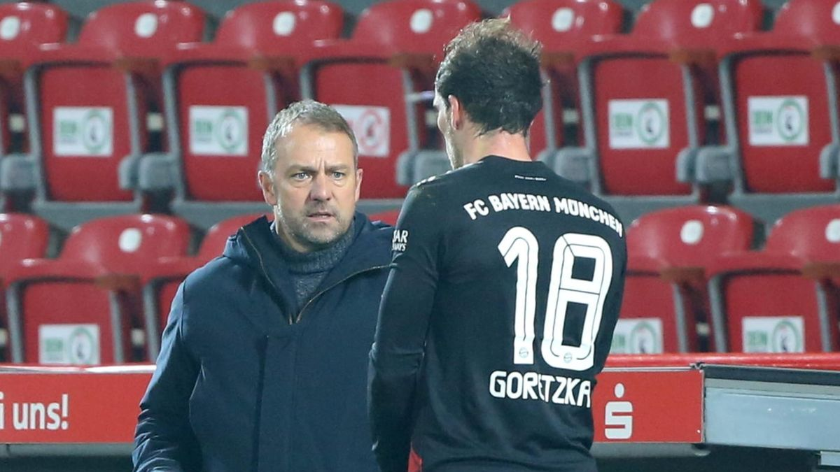 Hansi Flick und Leon Goretzka im Spiel gegen Berlin