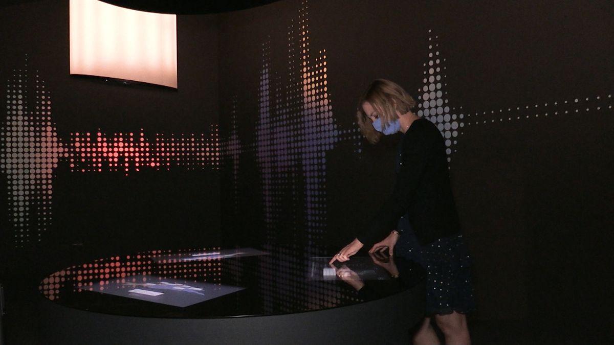 """Eine Besucherin versucht sich an der erweiterten Mitmachstation """"Dialekt"""" im Haus der Bayerischen Geschichte."""