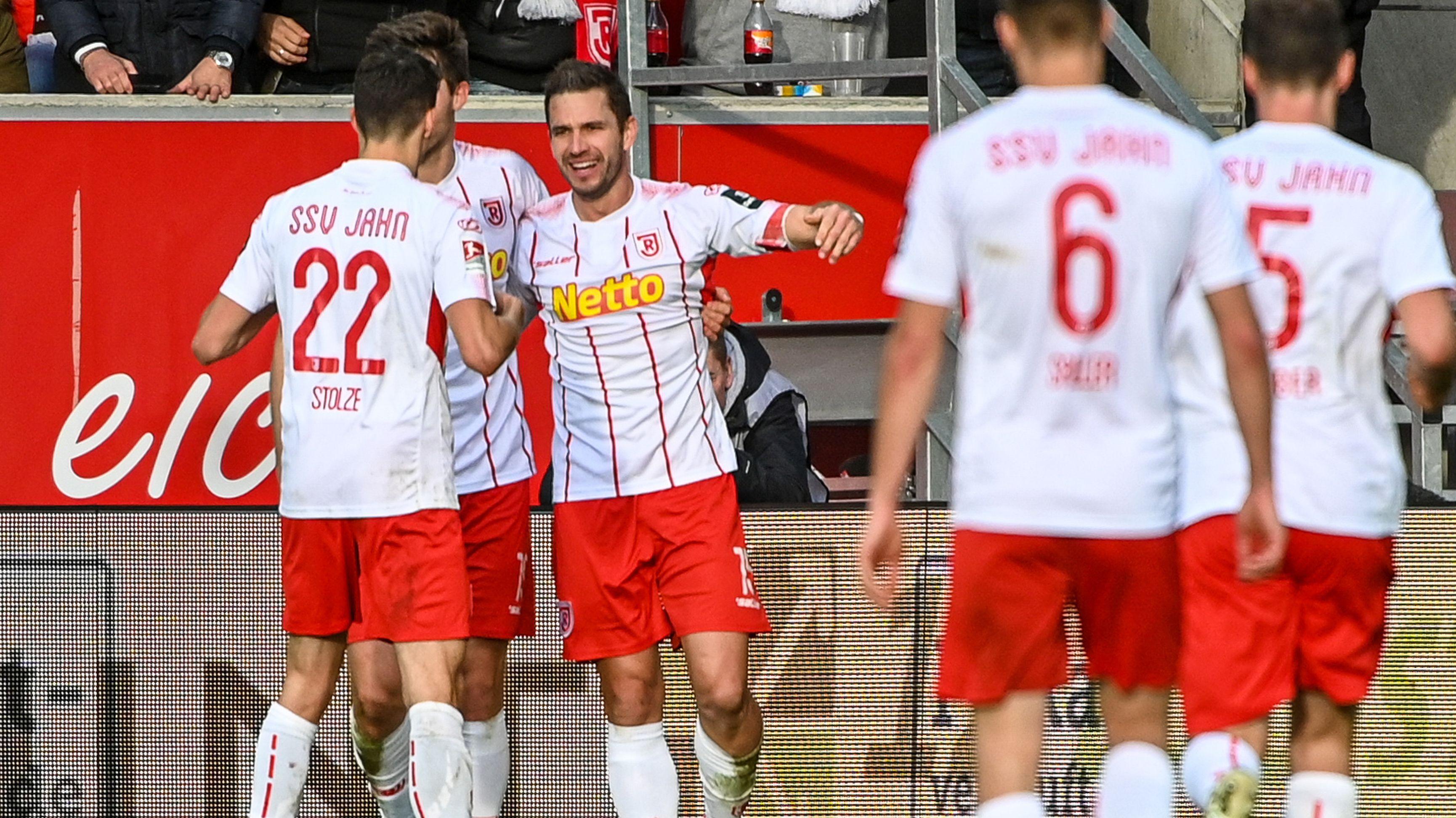 Marco Grüttner jubelt über seinen Treffer zum 1:0.