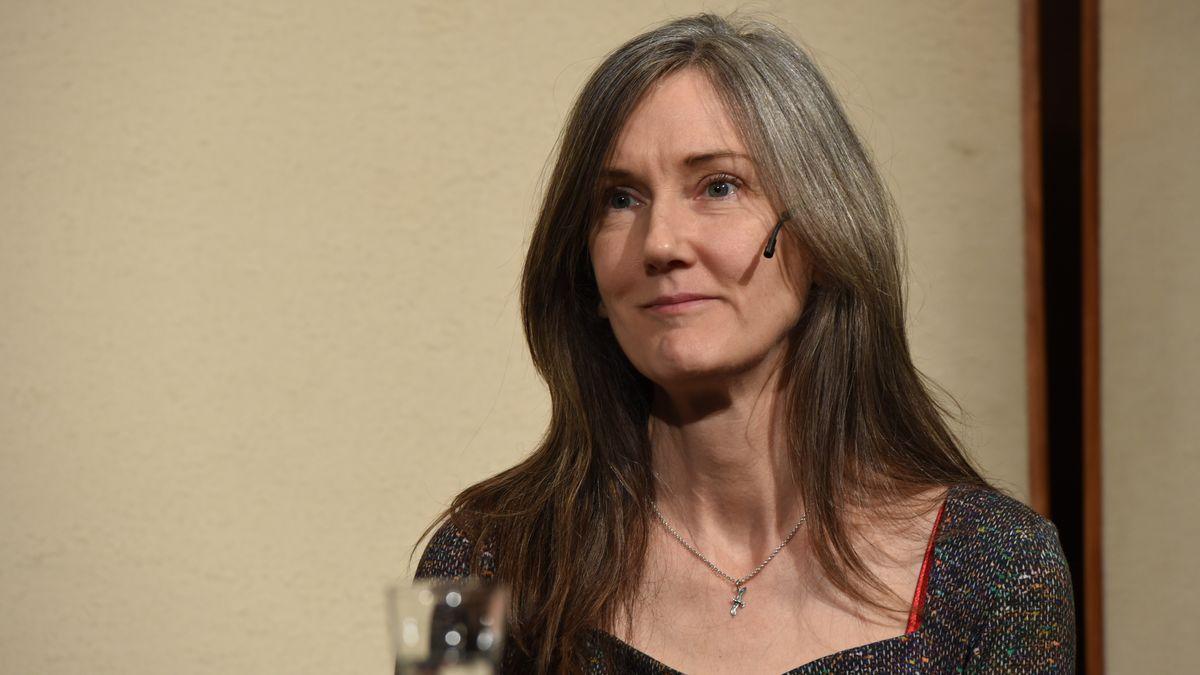 Man sieht eine mittelalte Frau mit langen brünetten Haaren bei einer Diskussionsveranstaltung. Es ist die Schriftstellerin Nell Zink.