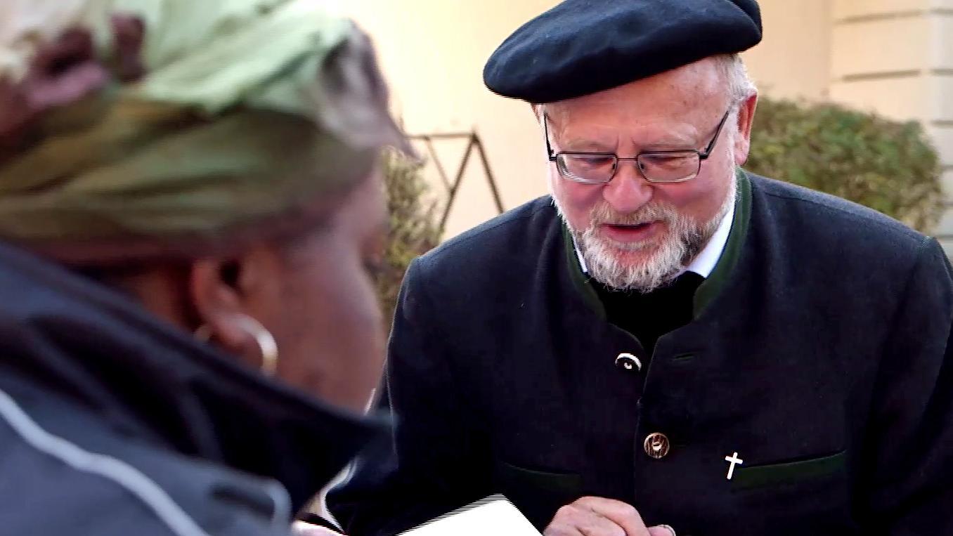 Pfarrer Brummer im Gespräch mit einer Asylbewerberin aus Sierra Leone