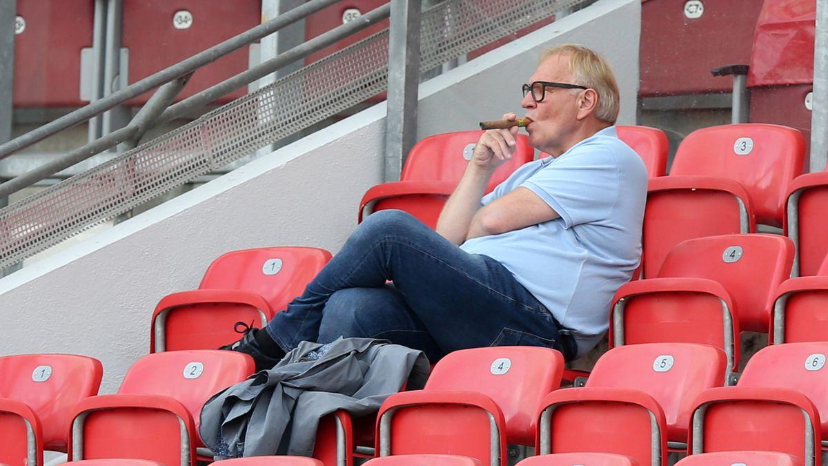 Thomas Grethlein sitzt im Max-Morlock-Stadion auf einem der roten Sitze und raucht eine Zigarre.