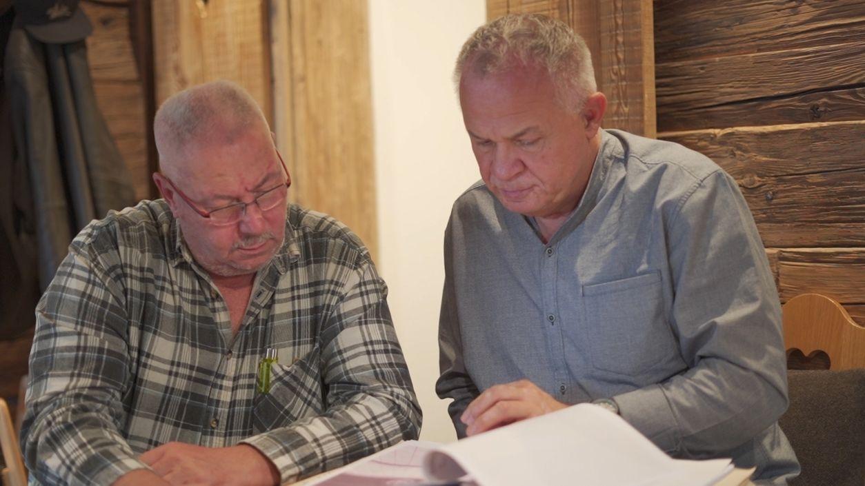 Jürgen Fiebig (links), der Polizist, der gegen seinen Willen in den Ruhestand versetzt wurde, sitzt an einem Tisch neben Peter Sturm vom Bundesverband Selbsthilfe Körperbehinderter.