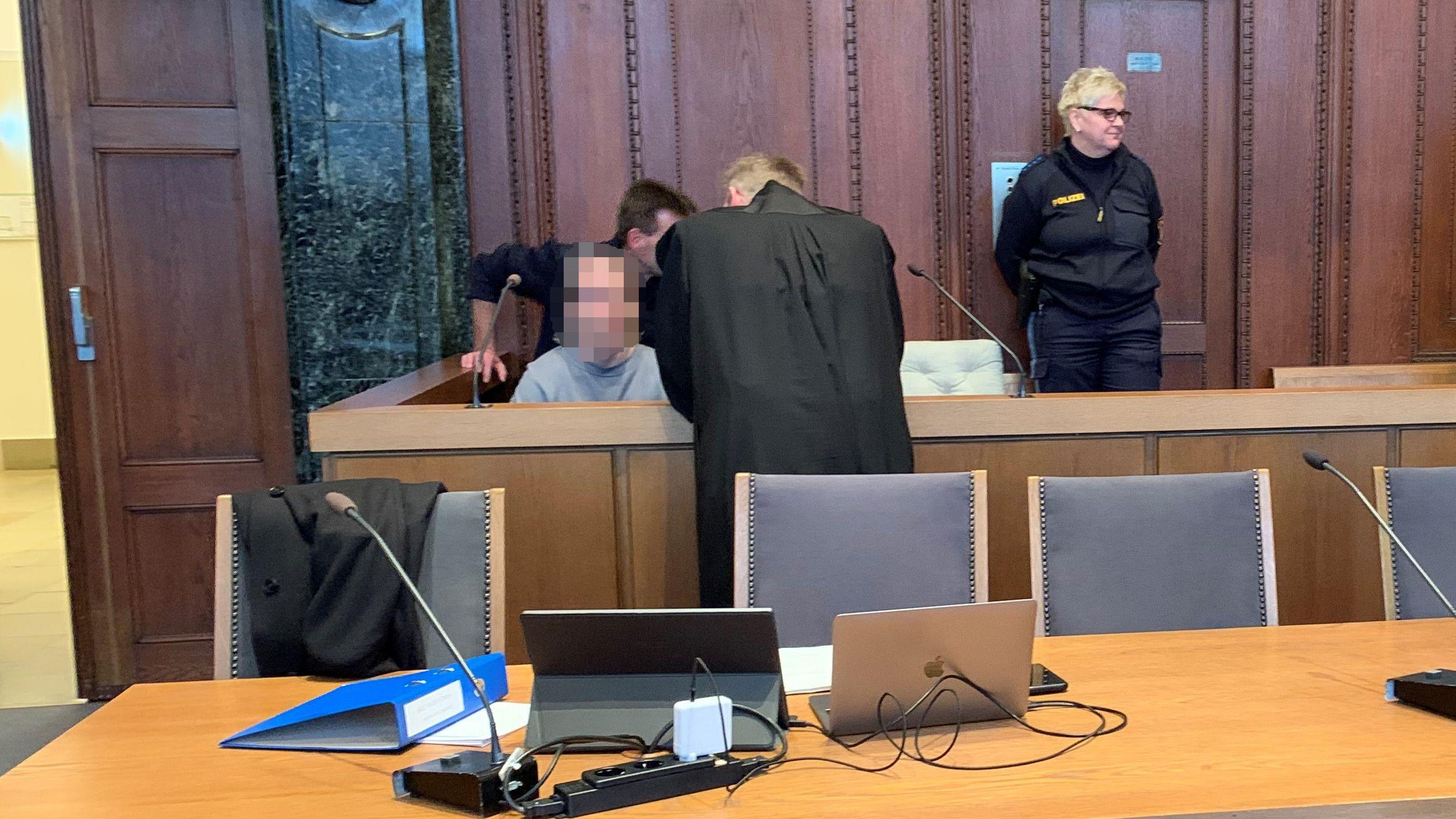 Prozess vor dem Landgericht Nürnberg-Fürth: Paar soll Mann misshandelt und getötet haben. Die beiden Angeklagten sitzend.