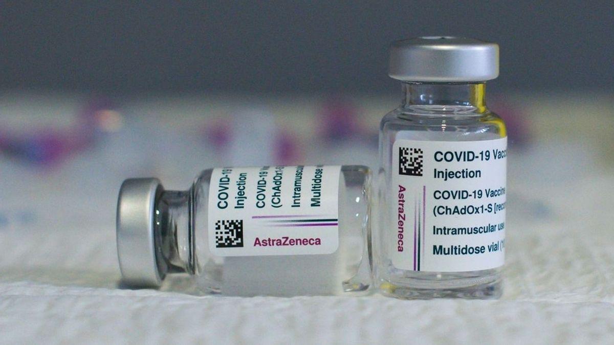 Zwei Impfdosen des Pharmaherstellers Astrazeneca.