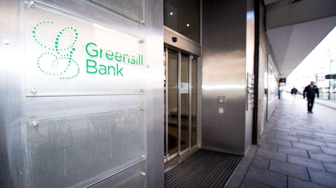 """Ein Schild mit dem Firmennamen """"Greensill Bank"""" hängt am Eingang der Privatbank. (Symbolbild)"""