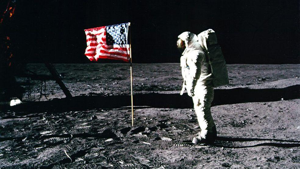Salut für die US-Flagge bei der ersten Mondlandung.