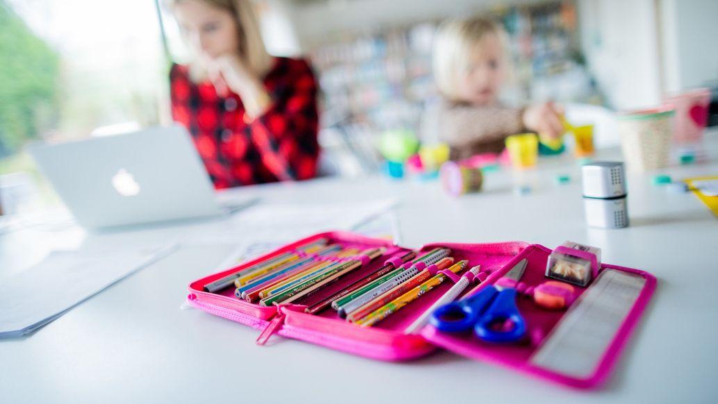 """Homeschooling heißt für viele Eltern und Kinder """"Lernen im Wohnzimmer""""."""
