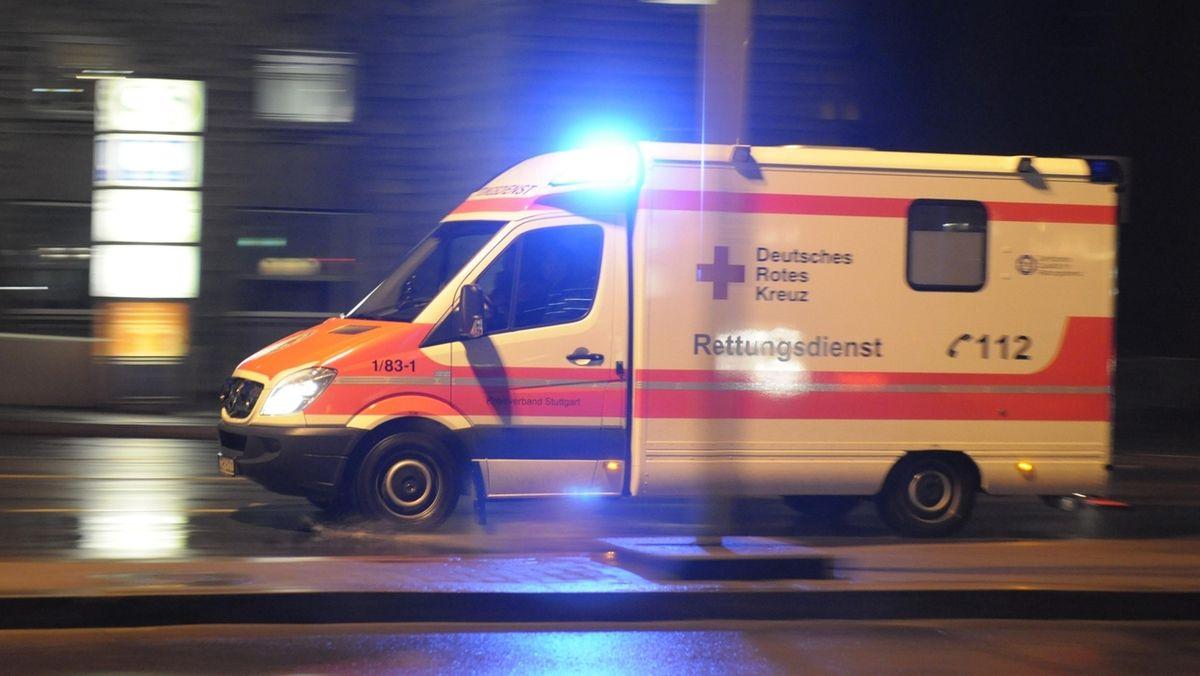 Ein Krankenwagen ist in der Dunkelheit unterwegs.