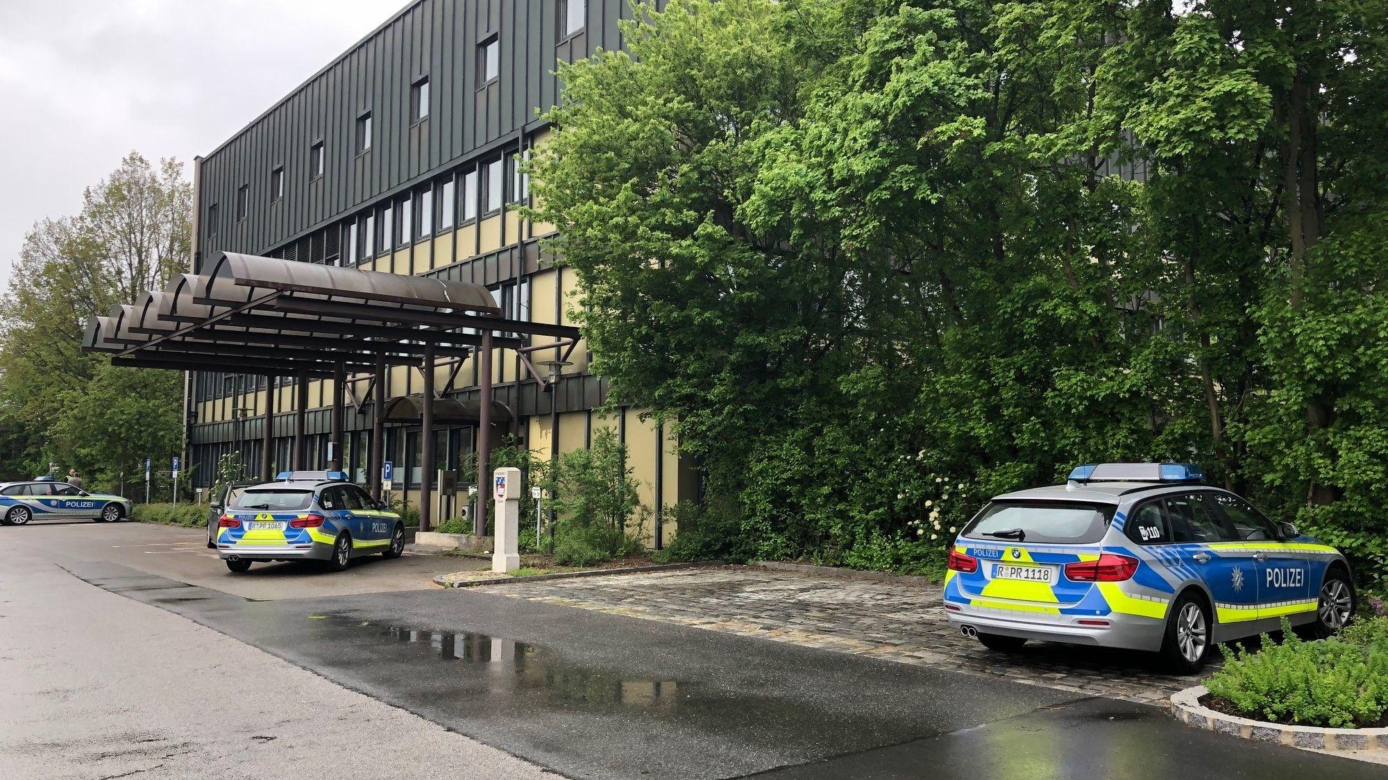 Polizeiautos stehen vor dem Landratsamt in Cham.