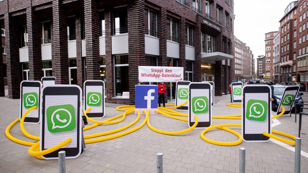 Aktivisten des Kampagnennetzwerks Campact demonstrieren vor dem Sitz des Internet-Konzerns Facebook unter dem Motto «Stoppt den WhatsApp-Datenklau» gegen neue Nutzungsbedingungen der Kommunikations-App «WhatsApp».