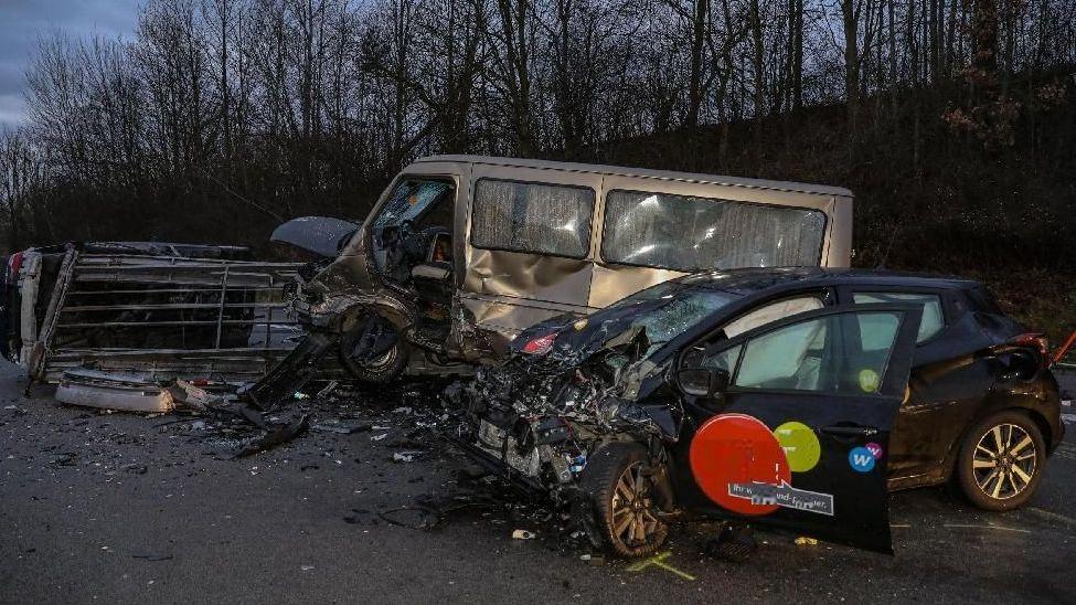 PKW prallt in liegengebliebenes Fahrzeuggespann
