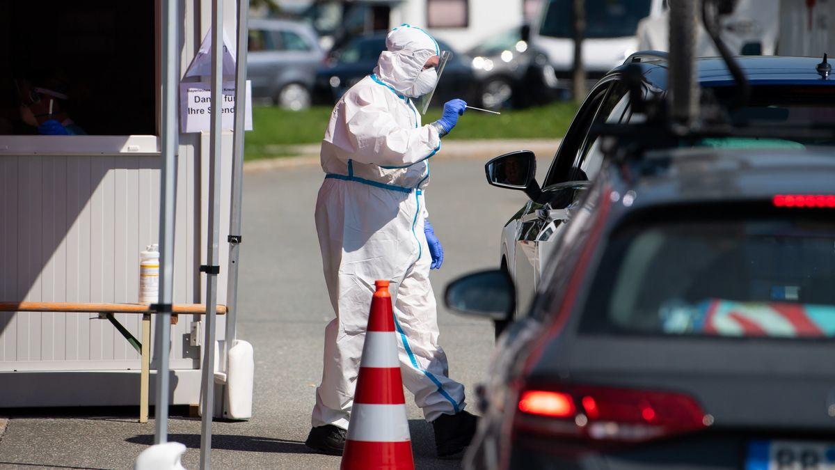 Ein Mitarbeiter vom Bayerischen Roten Kreuz nimmt an einem Corona-Testzentrum an der Autobahn 8 (A8).