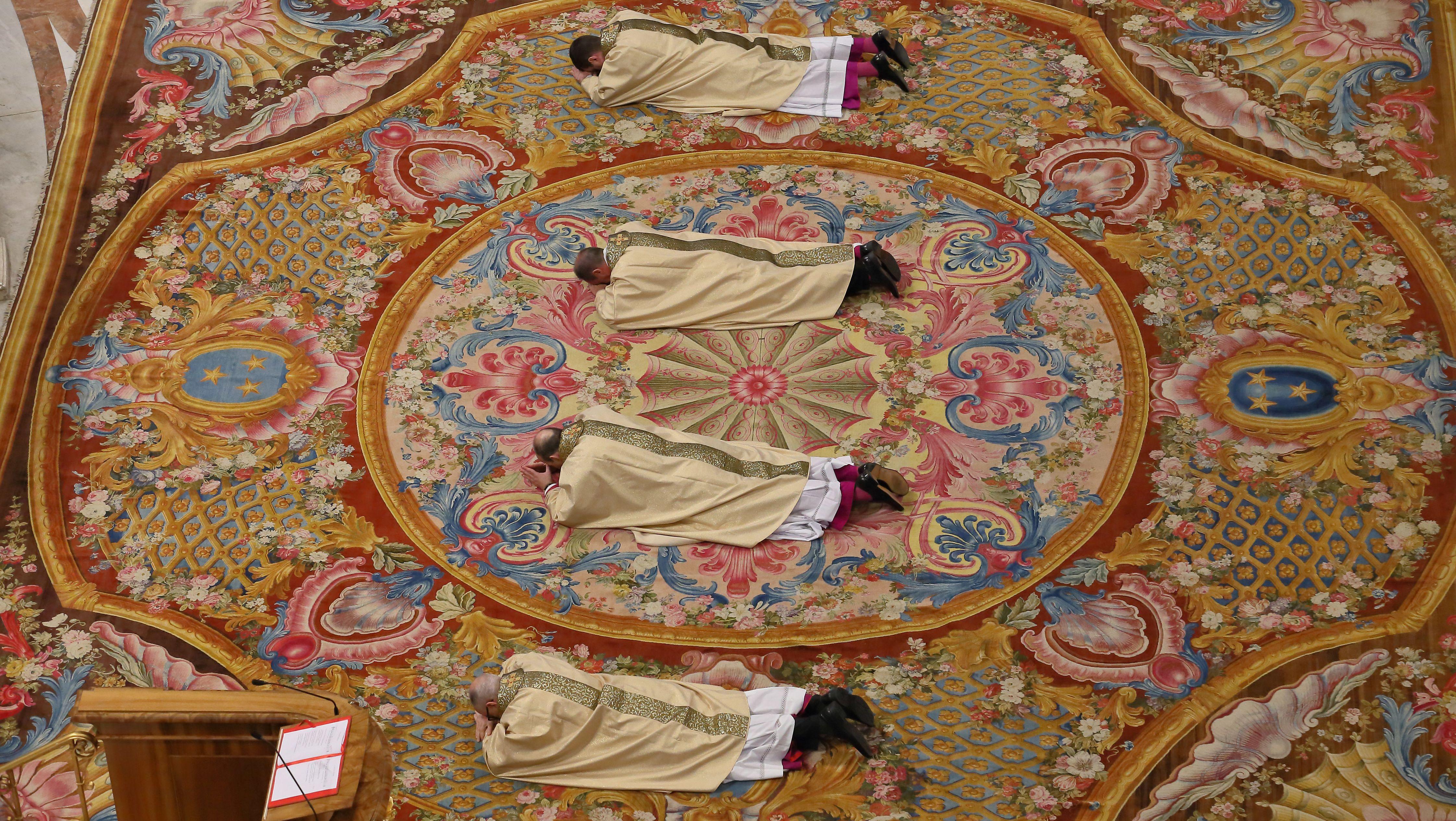 Rom: (von oben nach unten) Paolo Rudelli, Antoine Camilleri, Paolo Borgia and Michael Czerny bei der Kardinalserhebung im Petersdom.