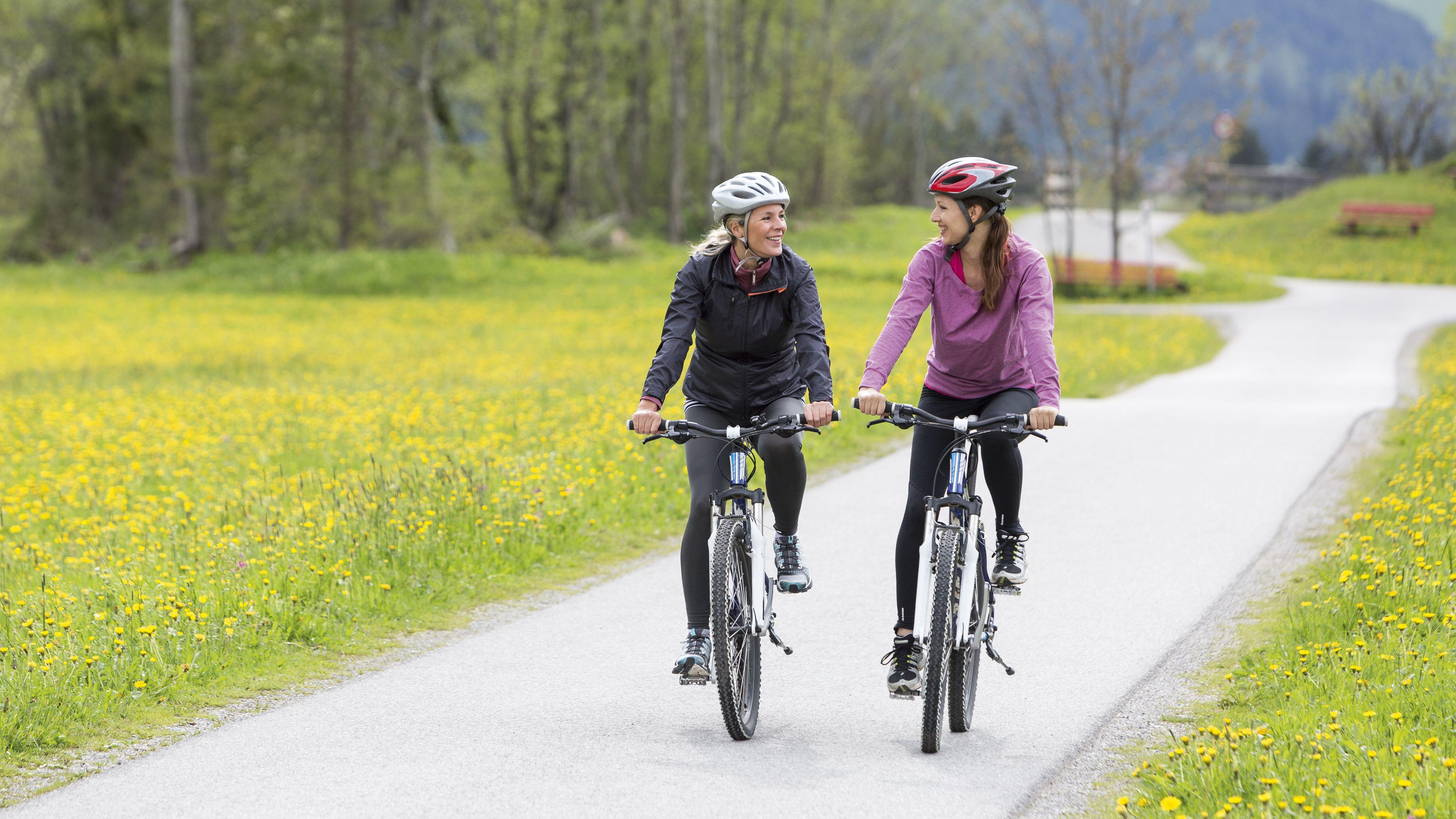 Zwei Frauen beim Fahrrad fahren